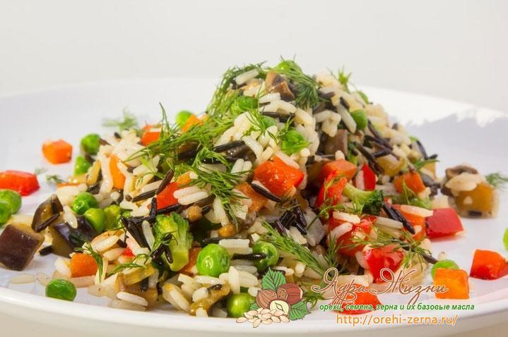 смесь белого и дикого риса с овощами