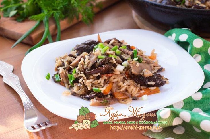 смесь бурого и дикого риса с грибами