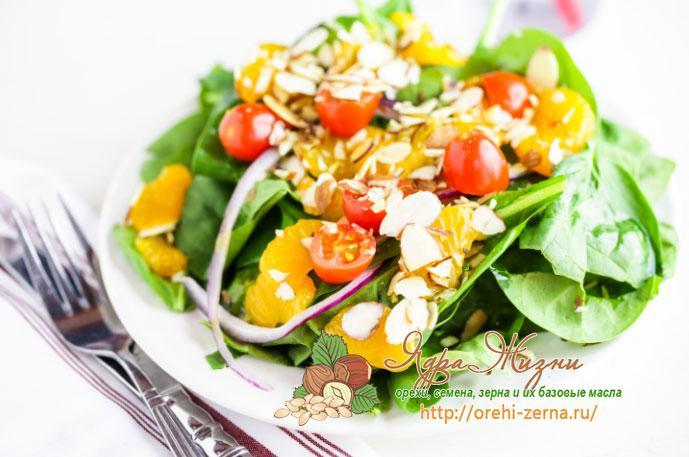 салат из шпината, грибов и помидоров с миндалем