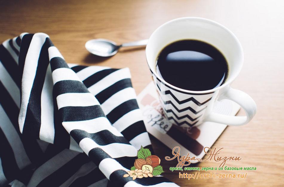 Чашка кофе по утрам на завтрак