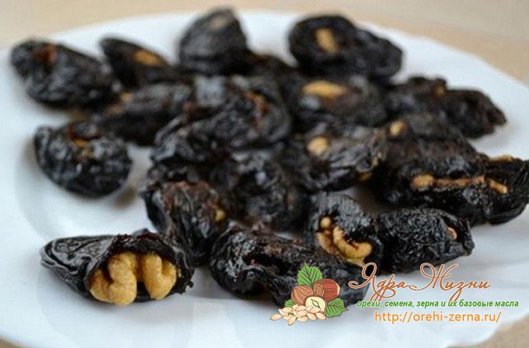 Чернослив с орехами в сиропе