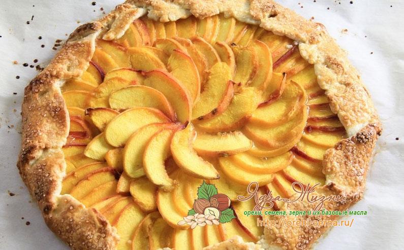 Большой открытый пирог с персиками