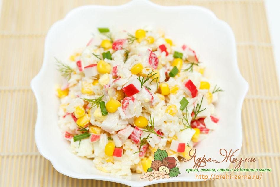 Салат с крабовым мясом, кукурузой и сыром