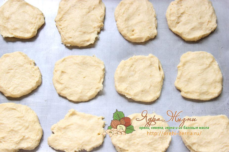 Сначала размешиваем продукты, затем руками вымешиваем тесто до абсолютной однородности. На часик-другой ставим тесто для «Муравейника» в холодильник.