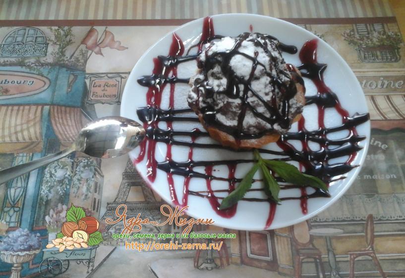 шоколадный кекс в смородиновом соусе