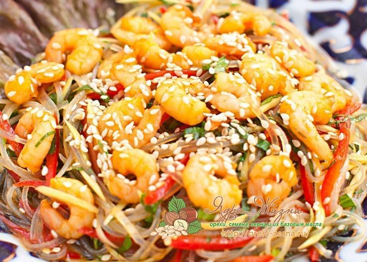 салат с морепродуктами, кунжутом и соевым соусом