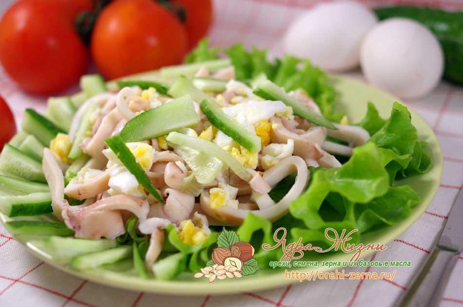 Летний салат с кальмарами