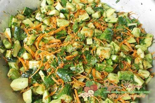 Салат с огурцами, морковкой и кунжутом по-корейски