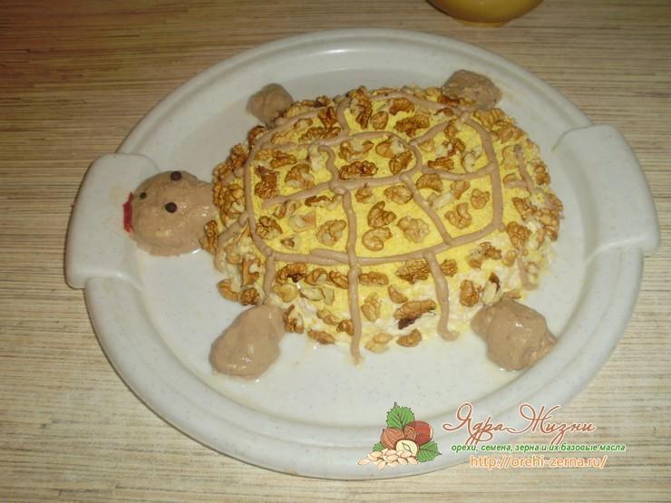 салат Черепашка с курицей и орехами