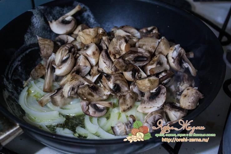 рис в сливочном соусе с грибами