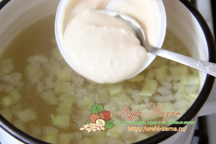 Сырный суп с рисом и сельдереем