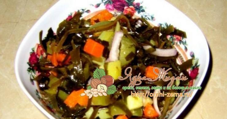 Вегетарианский салат с ростками сои и морской капустой