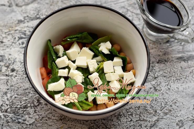 салат с нутом, шпинатом и сыром фета рецепт