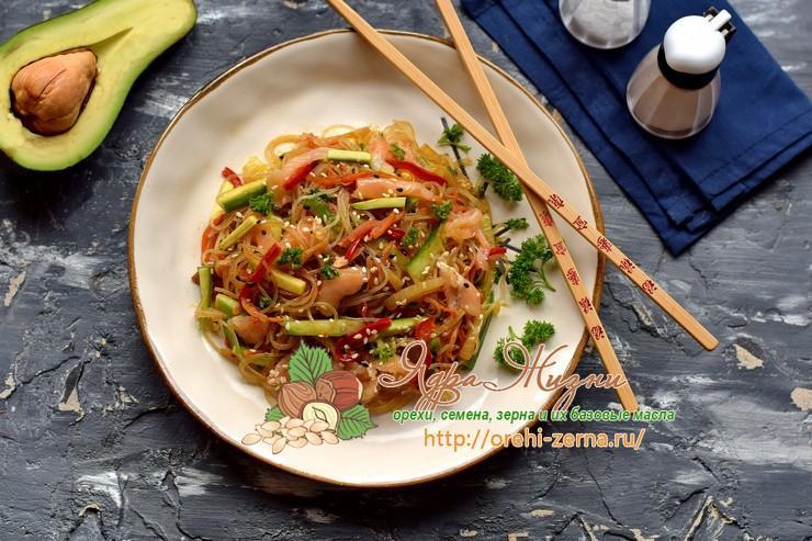 Салат с фунчозой и лососем с авокадо на праздничный стол: рецепт в домашних условиях