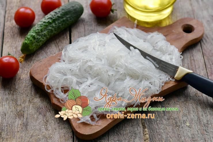 Салат с фунчозой и морепродуктами