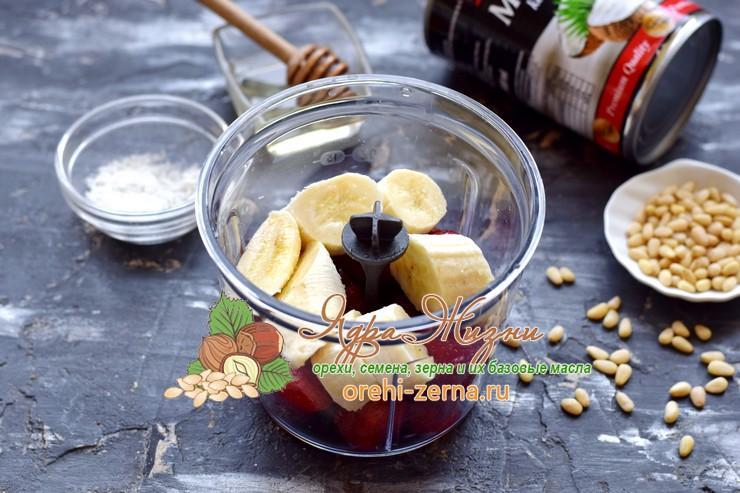 Клубнично-банановый смузи на кокосовом молоке рецепт с фото