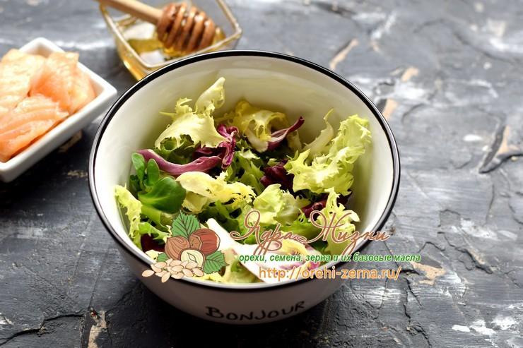 Салат с чечевицей, семгой и сельдереем рецепт
