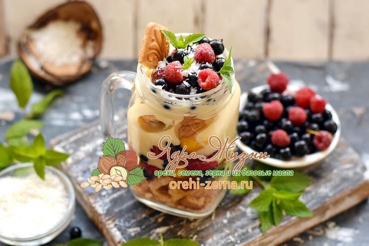 Кокосовый десерт с ягодами и печеньем: рецепт в домашних условиях