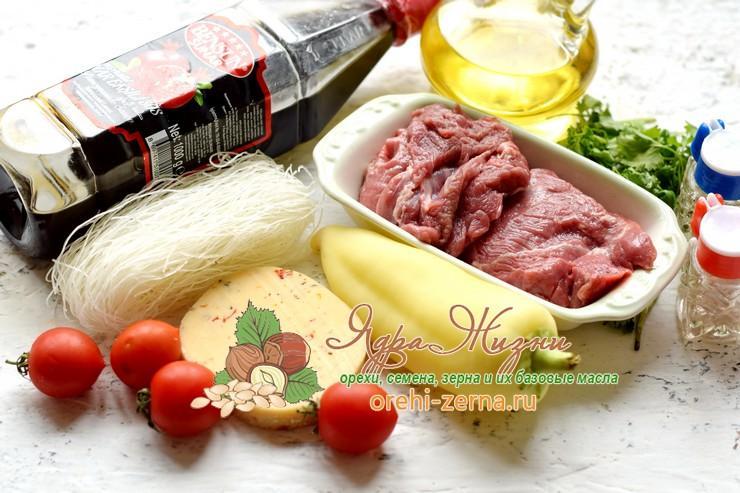 Теплый салат с фунчозой, говядиной и сыром
