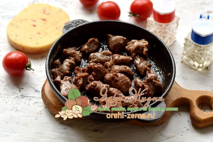 Теплый салат с фунчозой, говядиной и сыром рецепт