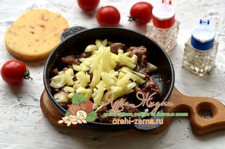 Теплый салат с фунчозой, говядиной и сыром рецепт с фото