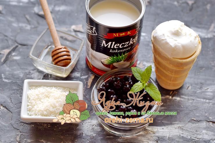 Смузи с кокосовым молоком, черной смородиной и мороженым