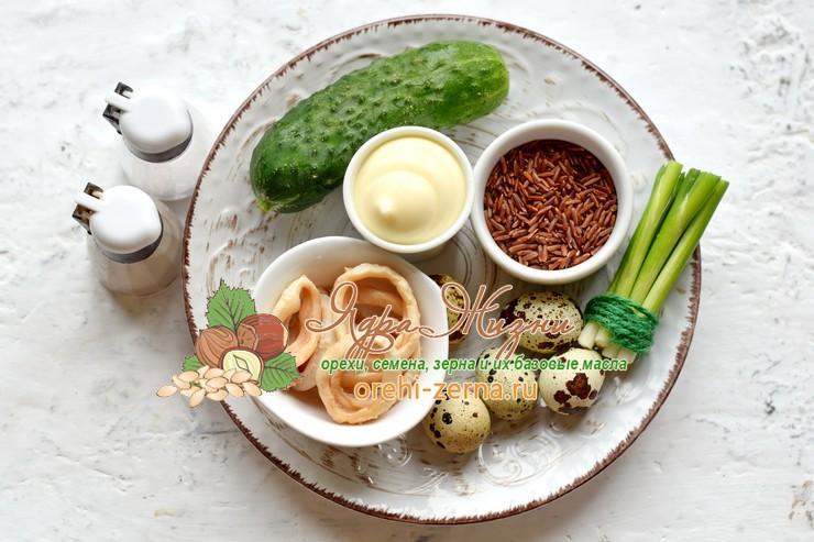 Салат с кальмарами, красным рисом и перепелиными яйцами