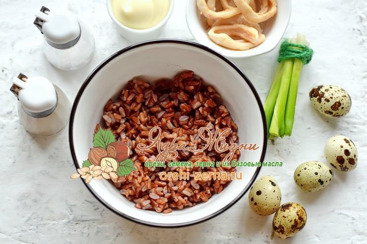Салат с кальмарами, красным рисом и перепелиными яйцами рецепт