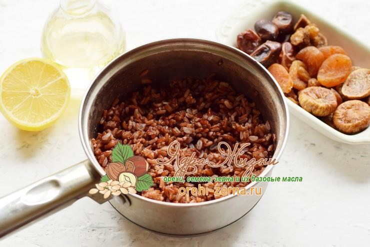 салат с красным рисом, сухофруктами и орехами рецепт с фото