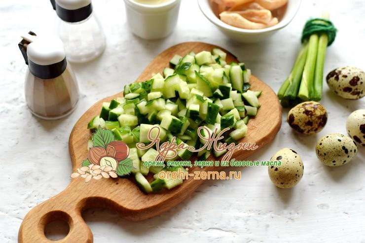 Салат с кальмарами, красным рисом и перепелиными яйцами рецепт с фото