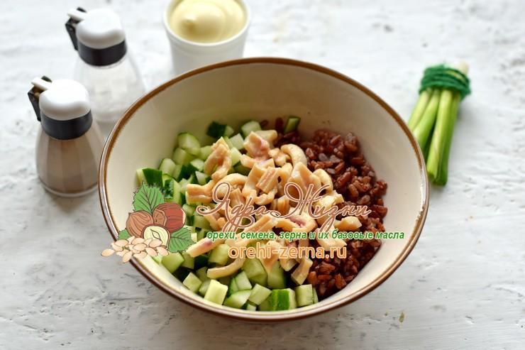 Салат с кальмарами, красным рисом и перепелиными яйцами рецепт пошагово