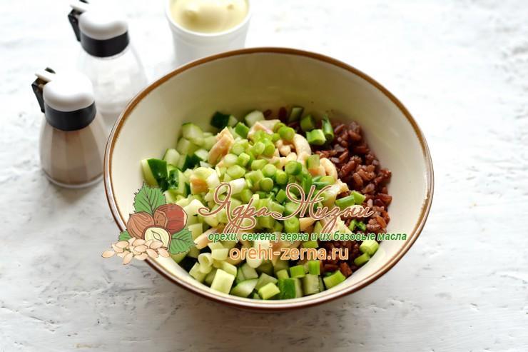 Салат с кальмарами, красным рисом и перепелиными яйцами рецепт в домашних условиях