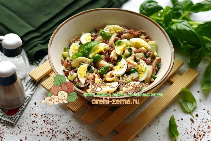 Салат с кальмарами, красным рисом и перепелиными яйцами на праздничный стол: рецепт в домашних условиях