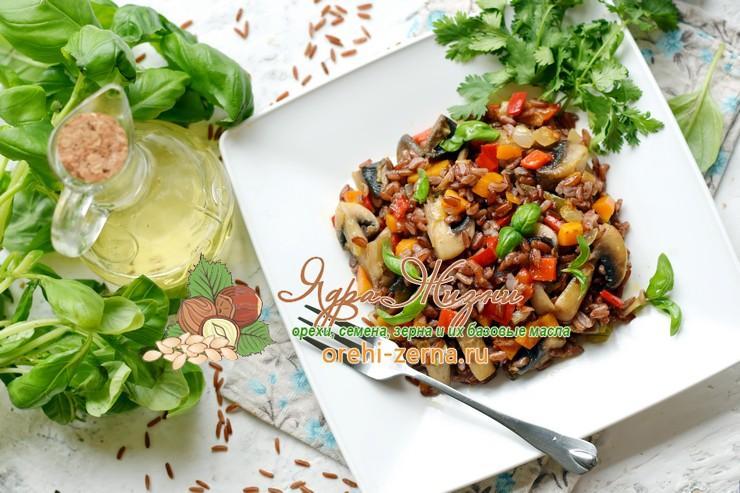 Теплый салат из красного риса, грибов и овощей на праздничный стол: рецепт в домашних условиях