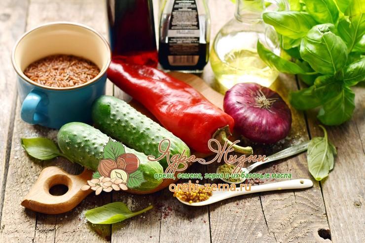Салат из овощей с красным рисом под соусом