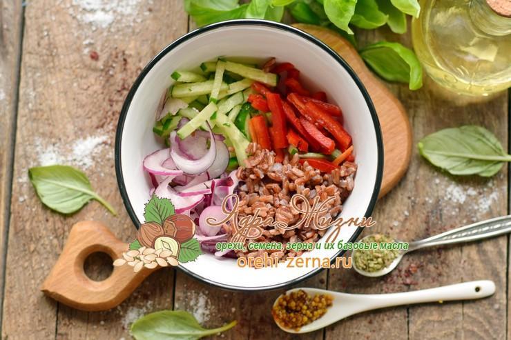 Салат из овощей с красным рисом под соусом рецепт