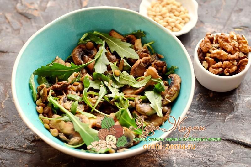 Салат с чечевицей, грибами и орехами