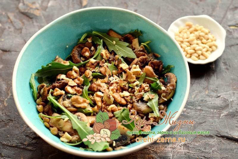 Салат с чечевицей, грибами и орехами рецепт