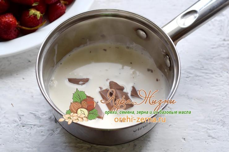 Шоколадное фондю с клубникой и бананом рецепт с фото