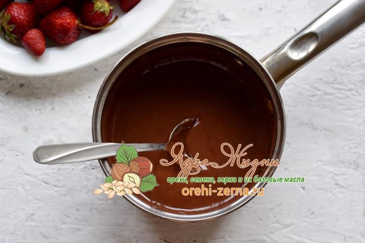 Шоколадное фондю с клубникой и бананом рецепт