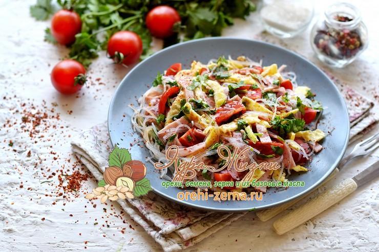 Салат из фунчозы с ветчиной и яичными блинами: рецепт в домашних условиях