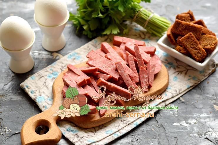 салат с фасолью и колбасой рецепт