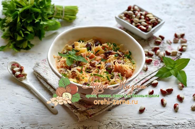 Салат с фасолью и ветчиной, посыпанный сыром на праздничный стол: рецепт в домашних условиях